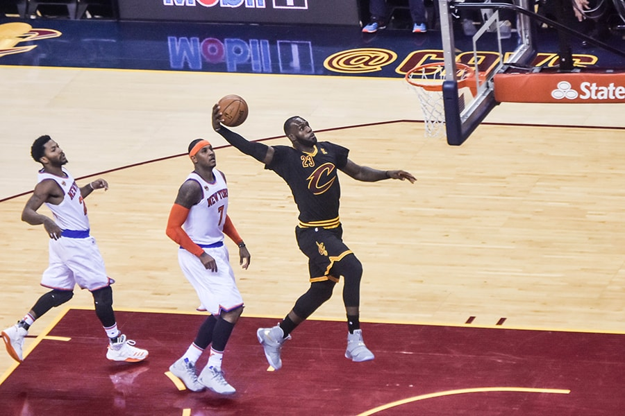 Lebron James dunking against Knicks as a Cavalier