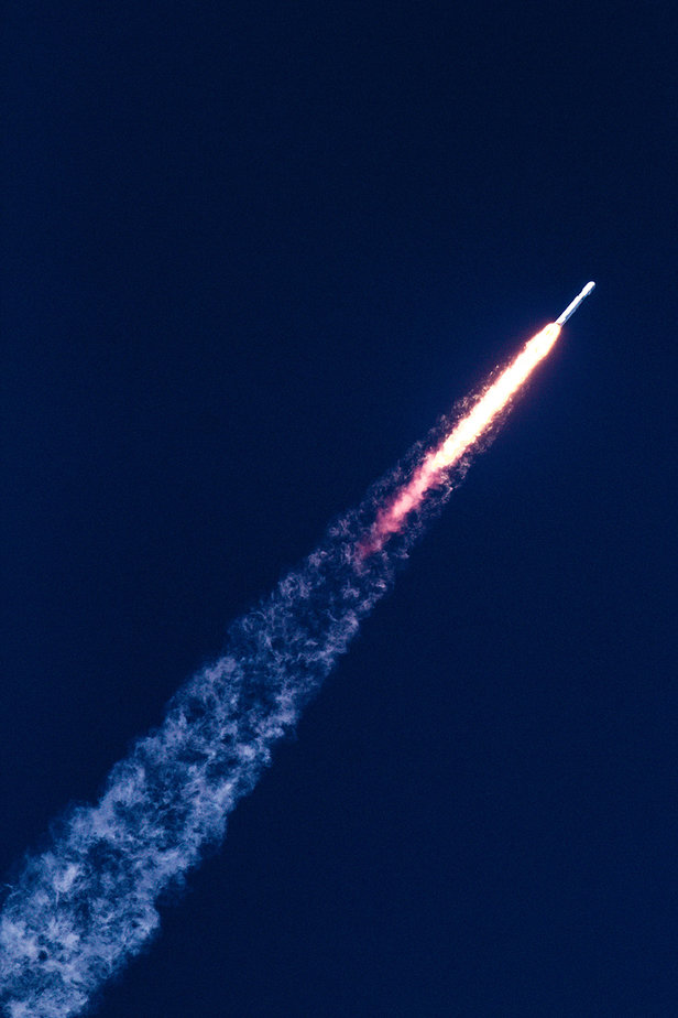 spacex falcon heavy rocket ascends